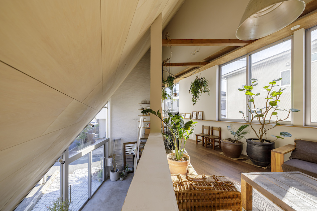 Japan S Dog Architect Designs Small House And Artist Studio With Sloping Roof That Provides View Of Artwork Display Wall De51gn